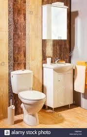Luxus Badezimmer Mit Braun Und Orange Fliesen In Wohnung Stockfoto
