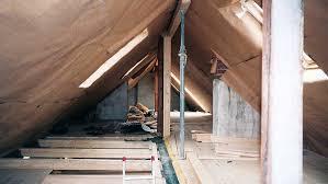 Für den idealen aufbau mit flächendeckender wärmeleitung ist es notwendig, den fußboden unterhalb der heizleitungen zu dämmen, sowie eine wärmeleitende. Heimwerker Tipps Zum Dachausbau So Verlegen Sie Stromleitungen Und Heizungsanschlusse Focus Online