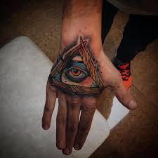 фото цветного тату всевидящего ока на кисти парня фото рисунки