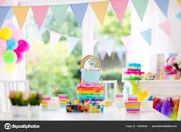 Gâteau et décoration de fête anniversaire enfants — Photographie ...