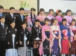 どこかの小学校の卒業式風景 流行り小学校の卒業式で袴はかま
