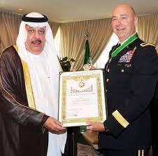 نائب وزير الحرس الوطني يقلد مدير مشروع التطوير بالحرس الوطني وسام الملك  عبدالعزيز