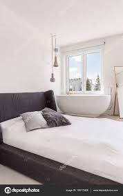 Moderne Minimalistische Schlafzimmer Und Bad Stockfoto