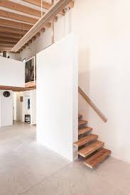 Sie ist bequemer zu begehen und erlaubt den einfacheren möbeltransport, weshalb sie häufig in mehrfamilienhäusern zum einsatz kommt. 15 Geniale Treppen Die Wenig Platz Beanspruchen Homify