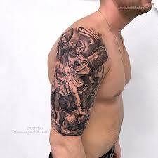 фото мужской черно белой татуировки на плече в стиле реализм графика