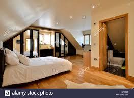 Moderne Schlafzimmer Mit Ensuite Badezimmer Stockfoto Bild