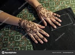 понятие красоты два руку девушки оформленный с хной мехенди