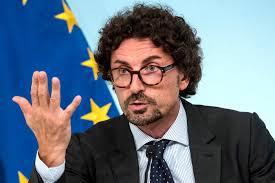 Genova, nuova gaffe di Toninelli Di nuovo ironia sul ponte e poi cancella  il post