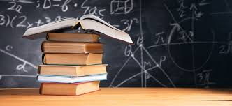 Concepto de educación - libros sobre el escritorio en el auditorio | Foto  Premium