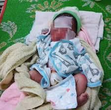 Bàng hoàng phát hiện bé gái sơ sinh bị bỏ rơi cả ngày ngoài rẫy vắng - Báo  Bảo Vệ Pháp Luật