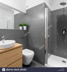 Elegante Grau Badezimmer Mit Grosser Dusche Und Holzmöbeln