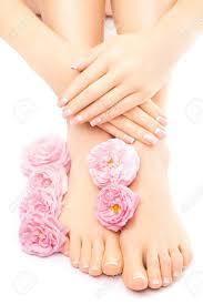 フランスのペディキュアとマニキュア白で分離したピンクのバラの花を の