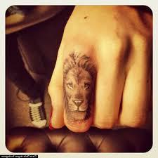 татуировки на руке пальцах лев женская 22 тыс изображений найдено в