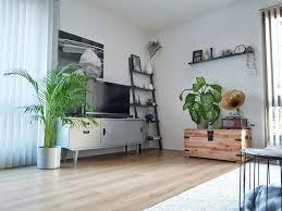 Binnenkijken Bij Een Industrieel Grijs Appartement Met Een Vleugje