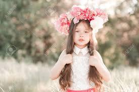 美しい子供女の子 4 5 歳牡丹髪型屋外でポーズします長い髪を保持し
