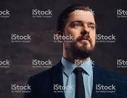 ひげと髪型のハンサムな中年男のクローズ アップの肖像画はエレガントな
