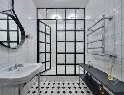 Badezimmer Mit Wänden Aus Weißen Fliesen Es Gibt Weiße Waschbecken