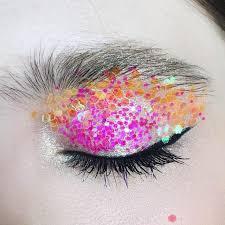 Магазины косметики и парфюмерии Лучшие посты в социальной сети  Как наносить на глаза глиттер и блестящие тени чтобы они не осыпались На что клеить глиттер Это самый популярный вопрос о блестках