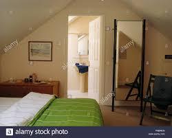 Grün Gestreifte Decke Auf Dem Bett In Den 90er Jahren Dachgeschoss