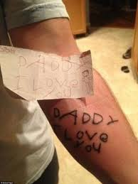 новая мода среди родителей матери и отцы делают татуировки в виде