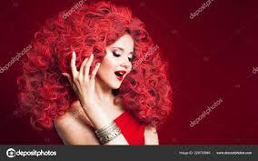 Usměvavá Mladá žena V Celkovém červené Stylu Portrét Dívky S