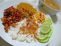 Anda bisa membuat nasi kuning (cocok untuk buat jualan loh! Jualan Nasi Uduk Sebagai Usaha Sampingan Santobobi