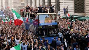 ยูโร 2020 : อิตาลี แห่ฉลองแชมป์ยูโรสมัยที่ 2 ในกรุงโรม -  แฟนบอลร่วมเฮคับคั่ง - ข่าวสด