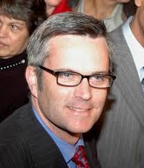 Se llama Sam Adams, es norteamericano, abiertamente homosexual, y ha sido elegido alcalde de Portland. Portland es una la ciudad de mayor tamaño del ... - Sam_Adams_Portland