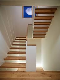 Stattdessen sorgt ein absatz meist in der mitte der treppe für eine richtungsänderung. Durch Lassige Treppen Schlichte Formensprach Mdf Gelander Aufgesetzter Handlauf Podesttreppe Treppe Haus Treppe