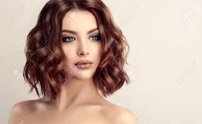 モダンでトレンディなエレガントなヘアスタイルで魅力的な茶色の髪の女性