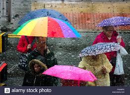 Schauen Durch Ein Regentropfen Fallen Fenster An Menschen