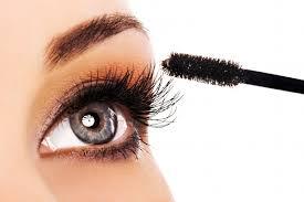 woman applying maa on her long eyelashes