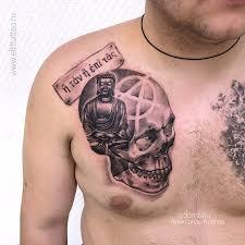 фото мужской татуировки в стиле реализм графика на груди череп будда