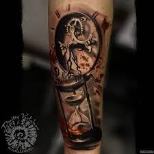 песочные и механические часы тату на предплечье у парня добавлено