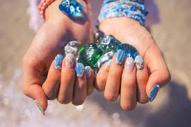 夏の指先は爽やかなアイスブルーで彩って大人女子におすすめのネイル