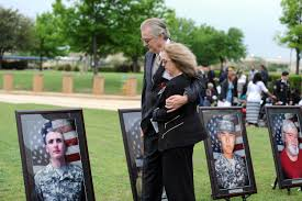 u s department of defense photo essay jeffrey and sheryll pearson pause to look at the portrait of their son army pfc