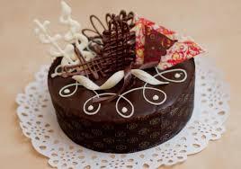 Round Mini Chocolate Cake With White And Dark Chocolate Slices On