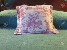 Bett Im Schlafzimmer Rot Und Weiß Toile Gemusterten Kissen Gegen