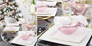 Weihnachtlich Dekorierter Esstisch Schwarzer Marmor Rosa Glas