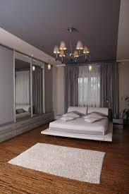 Creme Wandfarbe Decke In Einem Lila Farbton Und Weißes Bett