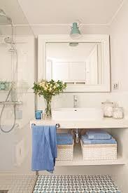 Mueble Bajolavabo Blanco Con Baldas, Foco Verde, Mampara Y Mosaico  Hidráulico Azul Y Blanco