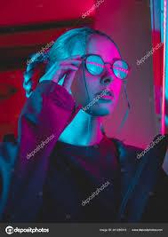 Mladá Hezká Dívka S Neobvyklý účes Poblíž Zářící Růžové A Modré