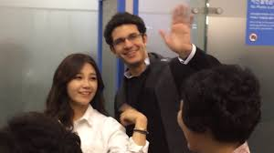 in a video that quickly went viral amongst k pop fans apink s eunji introduced her foreign boyfriend to reporters while at the airport
