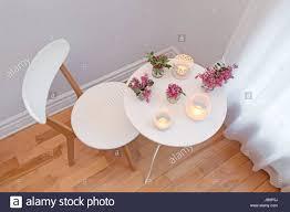Gemütliche Wohnlandschaft Mit Weißen Stuhl Und Tisch
