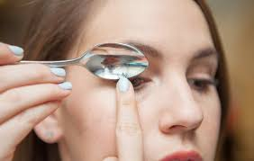how to use eyelash curler. eyelash makeup tips how to use curler