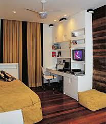 quarto simples de solteiro masculino com home office pequeno no canto