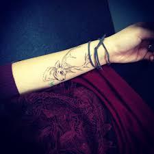 подруга занимается татуировкой перед набитием рисует эскиз в