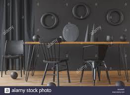 Schwarz Einfarbig Esszimmer Innenraum Mit Holz Tabelle