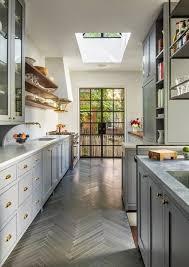 За да разчупите много класическата страна на сивата кухня, добавете дървена маса с винтидж ефект. Siva Kuhnya Po Skoro Da Ili Po Skoro Ne