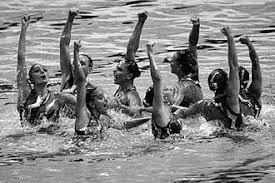 Основные характеристики синхронного плавания Реферат ТЕХНИЧЕСКАЯ ПРОГРАММА Требования к технике исполнения в синхронном плавании очень жесткие Спортсменки могут выполнять упражнения под произвольный